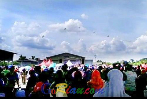 Atraksi JAT TNI AU di Langit Pekanbaru Memukau Ribuan Masyarakat