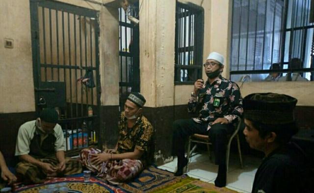 Diberi Alquran, Tahanan Polres Inhil Diajak Mengisi Hari dengan Ibadah