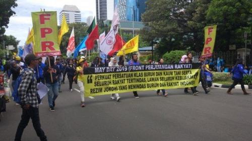 Buruh Usung Spanduk Bertuliskan Lawan Kebijakan Rezim Jokowi yang Menindas Rakyat Indonesia