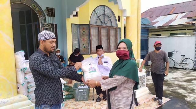 Bantu Warga Terdampak Covid-19 Jelang Idul Fitri, Hafizan Abas Salurkan Ratusan Karung Beras dan Minuman Kaleng