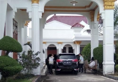 KPK Geledah Rumah Dinas Bupati Bengkalis Terkait Proyek APBD 2013-2015