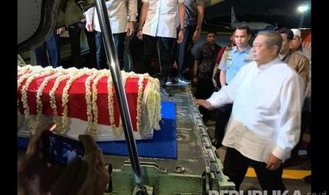 Tiba di Lanud Halim Perdanakusumah, Jenazah Ani Yudhoyono Disambut Upacara Militer