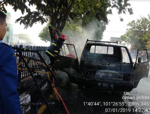 Mobil Pengangkut Papan Bunga Terbakar di Depan Polres Dumai