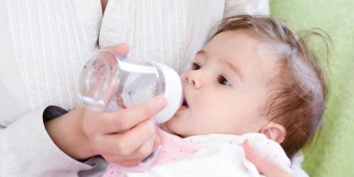 Bayi Tak Boleh Minum Air Putih, Ini Alasannya