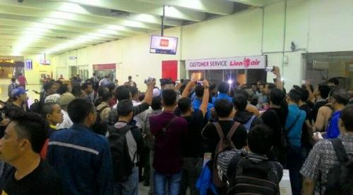 Delay ke Berbagai Jurusan Sejak Kemarin, Penumpang Lion Air Blokir Eskalator Bandara Soetta