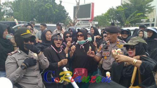 Gelar Aksi Demo di Mapolda Riau, Emak-emak Bagi-bagi Onde-onde