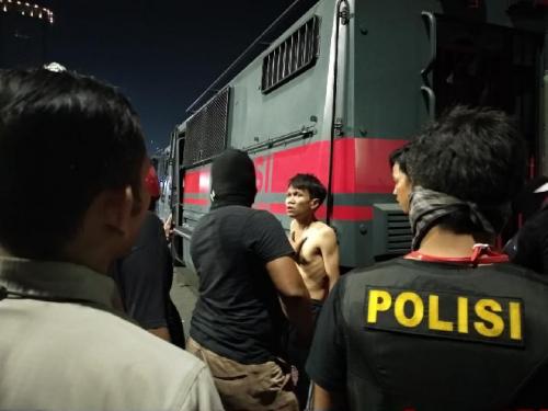 Polisi Telanjangi Pendemo dan Pukuli Hingga Berdarah-darah