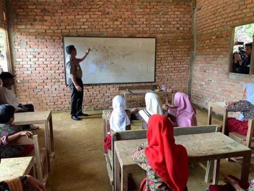 Kapolda Riau Jadi Guru Matematika di Sekolah Beralas Tanah di Pelosok Kampar