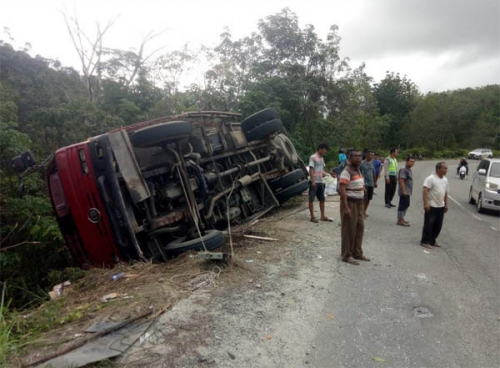 Rem Blong, Truk Pembawa Karton Bekas Terbalik di Jalan Lintas Sumbar - Riau