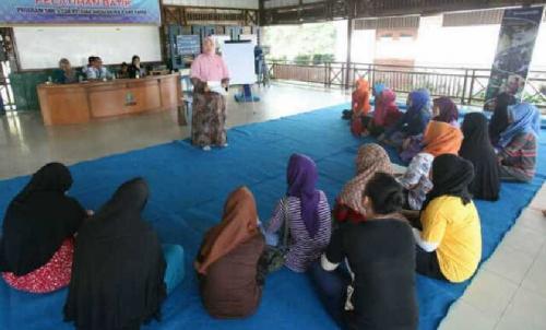 Kembangkan Batik Andalan, Puluhan Ibu-ibu di Pelalawan Dibekali Ketrampilan Membatik