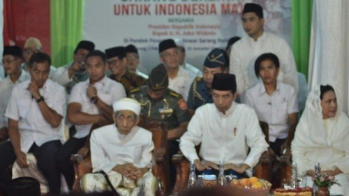 Duduk di Sebelah Jokowi, KH Maimoen Zubair Malah Doakan Prabowo Jadi Presiden