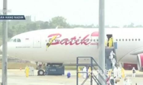 Tiba di Batam, 243 WNI dari Wuhan Langsung Diangkut Pesawat TNI ke Natuna untuk Dikarantina