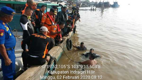 Pompong Pembawa Satu Keluarga Tenggelam di Sungai Indragiri, Anak Berusia 6 Tahun Hilang