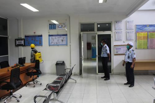 Kantor Imigrasi Kelas II TPI Siak Lakukan Penyemprotan Disinfektan
