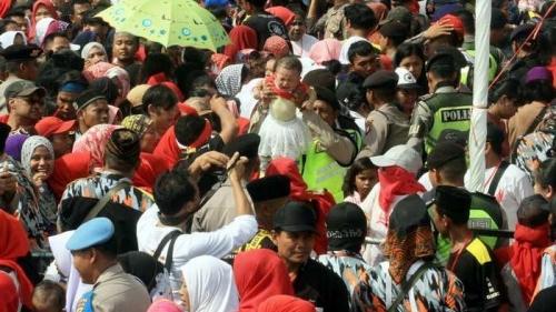 Sebelum Pingsan dan Akhirnya Tewas, Bocah Mahesa Terdorong Massa yang Antre Sembako di Monas