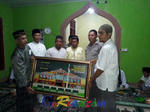 Serentak di 14 Kecamatan, Diskominfo Inhu Safari Ramadan ke Desa Belimbing dan Serahkan Bantuan Ini