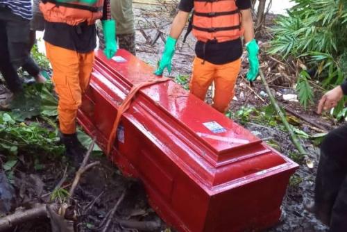 Warga Digegerkan Peti Mati Hanyut di Sungai, Saat Dibuka Ternyata . . . .