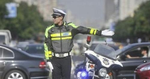 Bertugas Mengatur Lalu Lintas, Polisi Ganteng Ini Malah Jadi Penyebab Macet