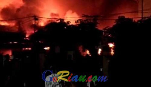 Sejumlah Rumah Semi Permanen di Tenayan Raya Pekanbaru Ludes Terbakar
