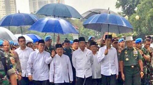 Foto Jokowi Payungi Diri Sendiri dari Istana Menuju Monas Jadi Viral