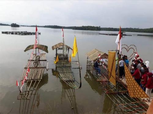 Ratusan Warga Ramaikan Festival Layang-layang di Objek Wisata Sungai Paku