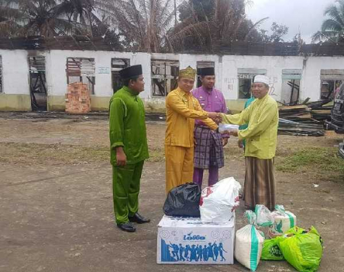Warga Desa Tanjung Salurkan Bantuan ke Ponpes Miftahul Muarrif yang Mengalami Kebakaran