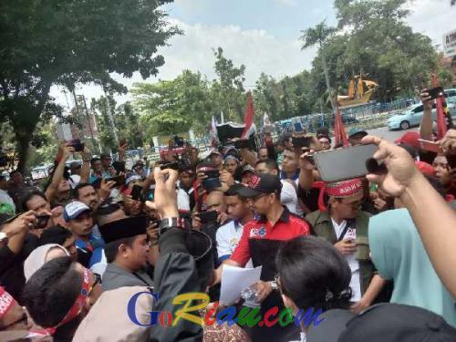 Ratusan Buruh Datangi Kantor DPRD Provinsi Riau, Minta Turunkan Iuran BPJS, Pulangkan TKA, dan Tolak RUU Cilaka