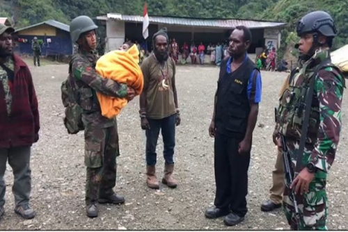 Pasukan TNI Selamatkan Bayi dari dalam Rumah yang Hampir Dibakar OPM