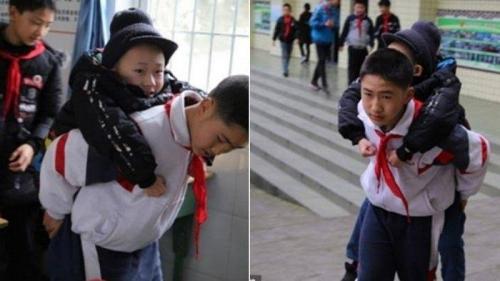 Bocah Ini Sungguh Baik Hati, Gendong Temannya yang Lumpuh ke Sekolah Setiap Hari Sejak 6 Tahun Lalu