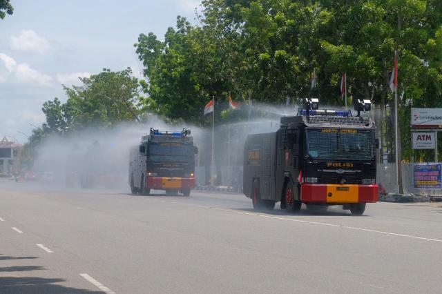 Penyebaran Covid-19 Kian Parah di Pekanbaru, Polda Riau Kembali Semprotkan Cairan Disinfektan di Jalan-jalan