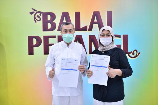 Usai Tarawih, Gubernur Riau dan Istri Suntik Vaksin Tahap II
