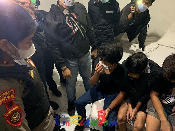 Digrebek Polisi, Gadis 16 Tahun Ditemukan Nginap dengan 4 Pria di Pekanbaru, Ada Kondom Berserakan di Kamar Hotel
