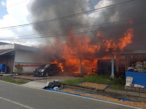 Kobaran Api Hebat 'Serbu' Perumahan di Jalan Tanjung Harapan Tembilahan, 5 Rumah Ludes