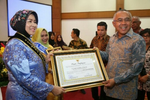 Komit Kembangkan PAUD, Bupati dan Bunda PAUD Inhil Terima Penghargaan dari Pemprov Riau