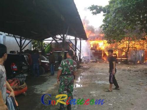 Gudang Pakaian Bekas dan Bengkel di Sukajadi Pekanbaru Ludes Terbakar