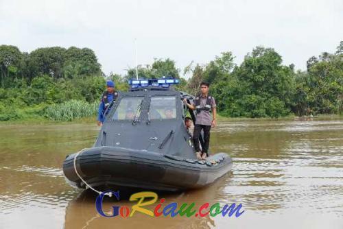 Antisipasi Banjir, Ditpolairud Polda Riau Periksa Saluran Air di Sungai Siak