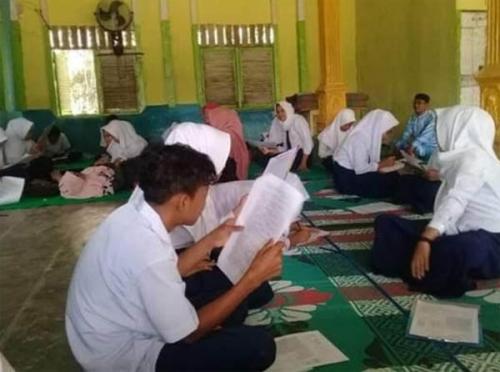 Banjir, Siswa SMP Pulau Kumpai Kuansing Ujian di Surau