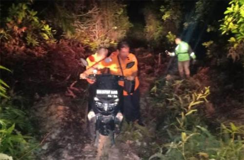 Terlalu Percaya Google Map, Driver Ojek Online di Pekanbaru Masuk Lumpur, Akhirnya Diselamatkan Basarnas