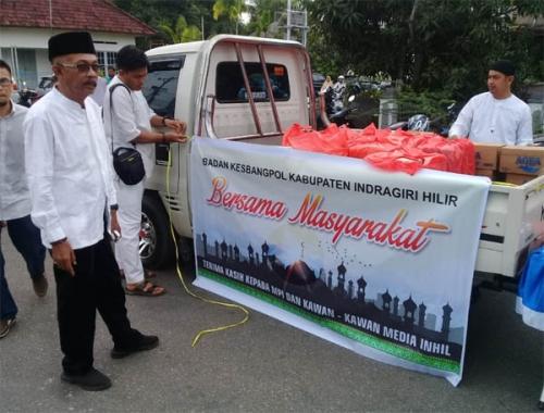 Kerjasama Kesbangpol, MPI dan Wartawan di Inhil Bagikan 500 Kotak Kue Saat Haul Akbar Bersama UAS