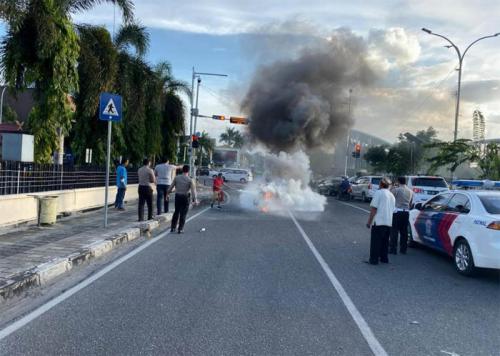 Puntung Rokok Jatuh, Motor Warga Pekanbaru Terbakar di Depan Mapolda Riau