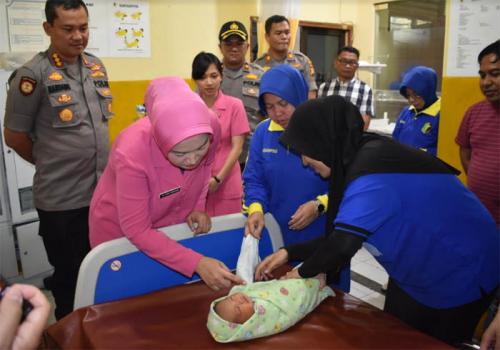 Baru Berusia 7 Hari, Bayi di Pekanbaru Dibuang Orangtuanya dan Ditemukan di Dalam Karton