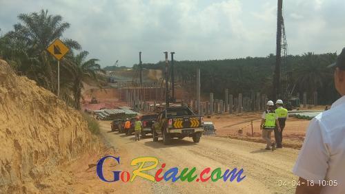 Sambil Menangis, Plt Gubernur Riau Minta HK dan Instansi Terkait Tuntaskan Pembangunan Jalan Tol Pekanbaru - Dumai