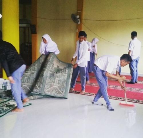 Lulus UN, Pelajar SMK An-Nur Kuala Selat Inhil Bersih-bersih Masjid