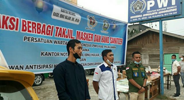 Gandeng Notaris Ragil dan Rel-Akhlag, PWI Pelalawan Berbagi Takjil, Masker dan Hand Sanitizer