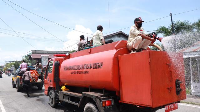 Putus Rantai Covid-19 di Kepulauan Meranti, Gugus Tugas Lakukan Penyemprotan Disinfektan Skala Besar