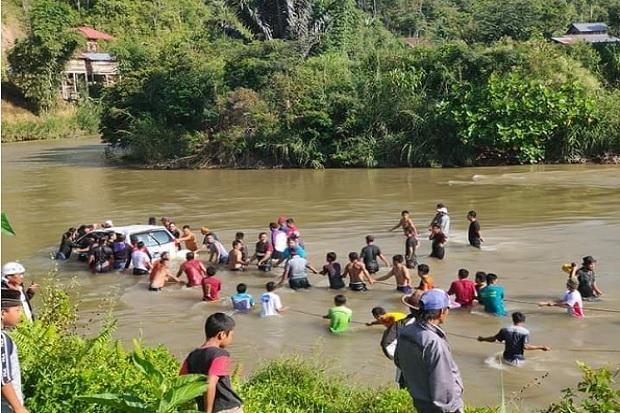 Avanza Bermuatan 10 Pemudik Terjun ke Sungai, 3 Hilang dan 7 Luka-luka