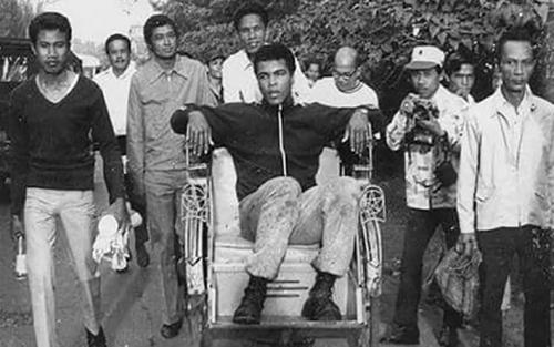 Lihat Foto Unik Ini, Saat Muhammad Ali Naik Becak di Indonesia