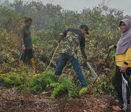 Padamkan Karlahut di Mekarsari Merbau, BPBD Dibantu Masyarakat dan Bu Lurah Belitung