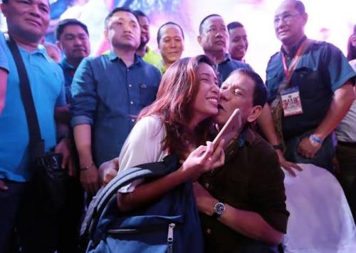 Cium Bibir Wanita di Depan Umum di Seoul, Presiden Filipina Anggap Lelucon, Pembela Perempuan Sebut Menjijikkan