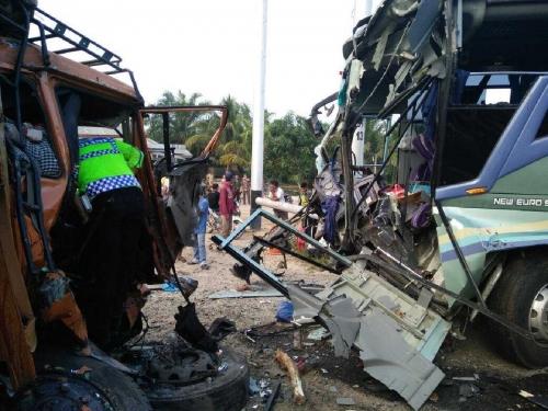 Kecelakaan Maut Antara Bus dan Truk Tronton di Rohil Subuh Tadi, 4 Orang Tewas